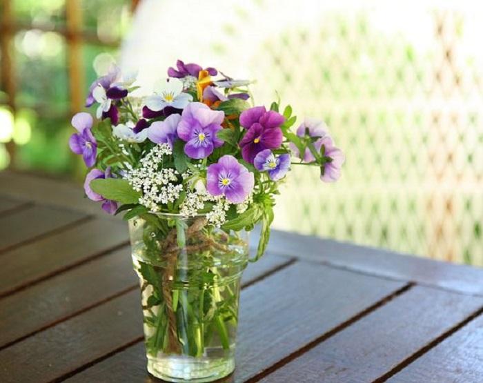 Vaso con fiori di campo e violette