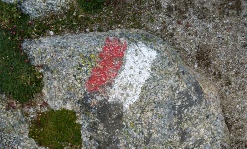 GR 20: la segnalatica rossa e bianca lungo il tracciato consentono ai camminatori di non perdersi.