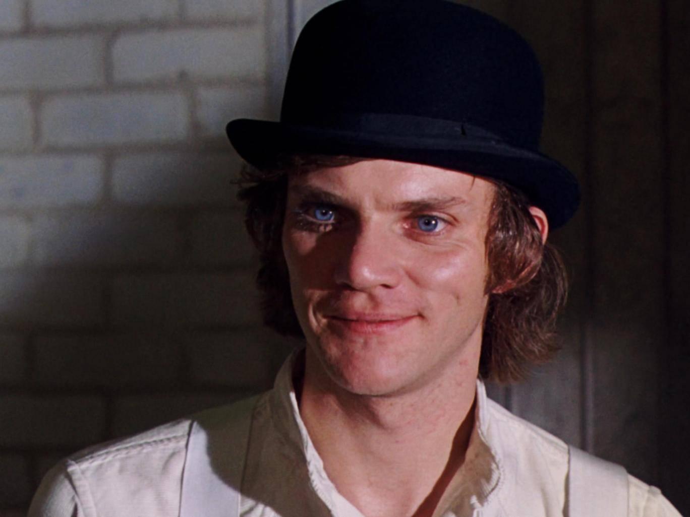 Il protagonista di Arancia meccanica (A Clockwork Orange), film del 1971 diretto da Stanley Kubrick. Tratto dall'omonimo romanzo distopico scritto da Anthony Burgess nel 1962, prefigura, appoggiandosi a uno stile fantascientifico, sociologico e politico, una società votata a un'esasperata violenza, soprattutto nei giovani [Fonte Wikipedia]