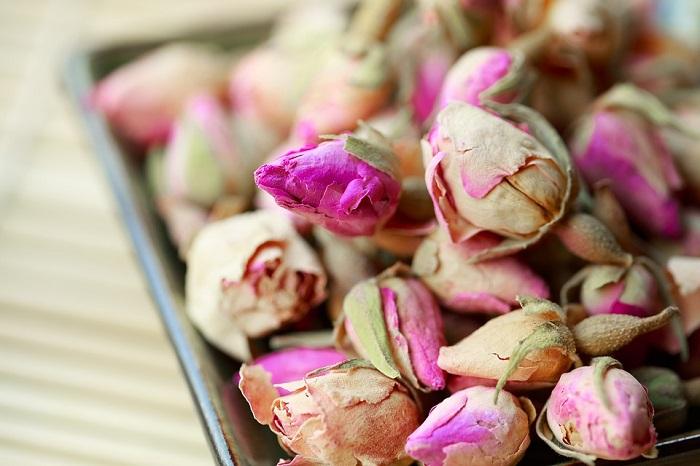 I boccioli di rosa essiccati sono impiegati nella preparazione di tè e tisane rilassanti