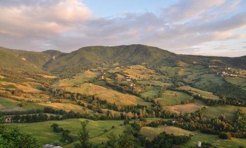 Cammini Emilia Romagna: un paesaggio della Val Marecchia lungo il Cammino di San Francesco da Rimini a La Verna.