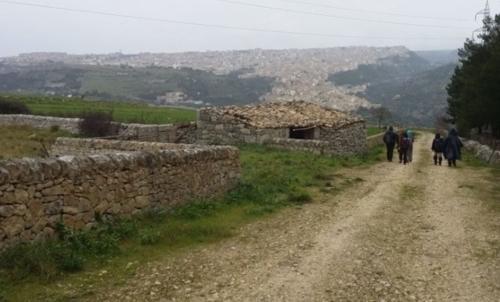 """Cammino ibleo: il percorso ragusano procede da Ragusa verso la meta comune di Palazzolo Acreide. Fonte foto: pagina Fb """"Sentieriblei"""""""