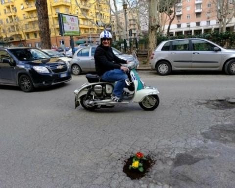 I fiori vengono piantati appositamente nelle buche in segno di protesa e per evitare incidenti