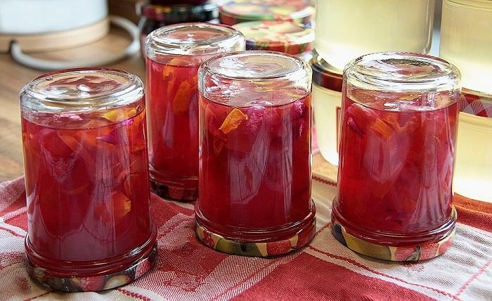 La gelatina di rose è un ottimo modo per gustare il sapore della primavera anche fuori stagione