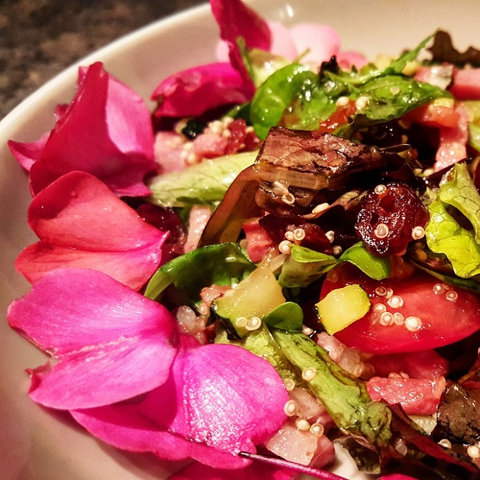Le rose si possono utilizzare per impreziosire fresche insalate