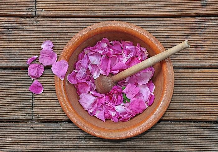 I petali di rosa si utilizzano in tantissime ricette deliziose
