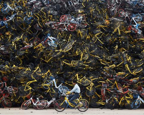 Biciclette del bike-sharing ammassate in un terreno abbandonato a Xiamen, nella provincia del Fujian, Cina | 13 dicembre 2017 | REUTERS