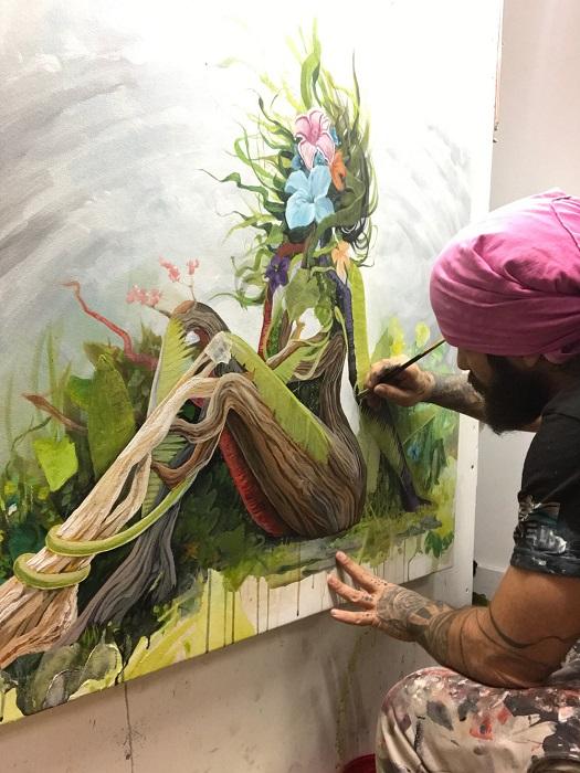 Kirhagis mentre dipinge un corpo femminile