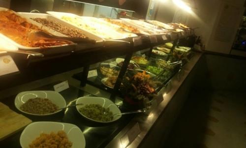 """Locali vegani Roma: alcuni propongono buffet in cui si paga solo quello che si mette nel piatto. Fonte foto: pagina FB """"OPS cucina mediterranea e vegetariana"""""""