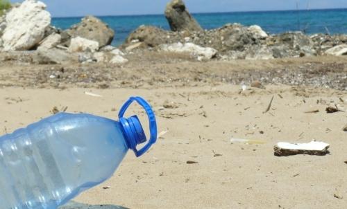 Pianeta o plastica: il 73 dei rifiuti sulle spiagge sono costituiti da plastica.