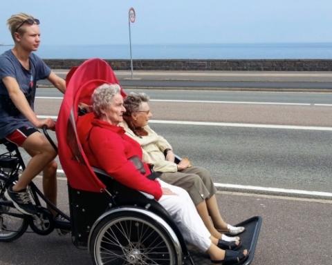 Un ragazzo con anziani