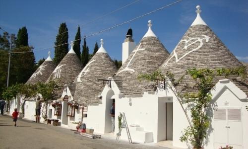Cammino materano: lungo la Via Ellenica si incontrano i caratteristici trulli di Alberobello.