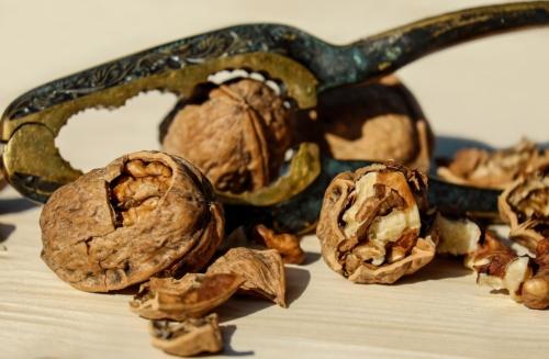 """Cibi anticolesterolo: le noci sono valide alleate in tavola per favorire la riduzione dei livelli di colesterolo """"cattivo"""" nel sangue."""