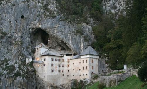Via Dinarica: parte dalla località slovena di Postumia, nota per il suo castello bianco.