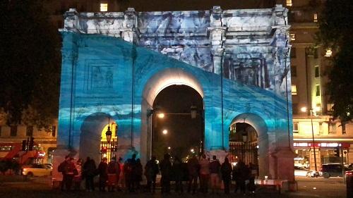 Immagini 3D delle aree protette da Greenpeace proiettate sul Marble Arch di Londra in occasione della presentazione di Hands Off the Antarctic