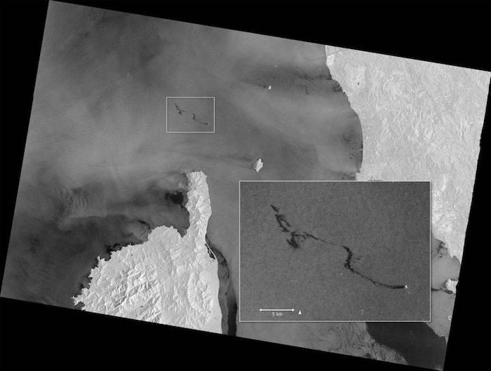 Visione della fuoriuscita di petrolio dal satellite Sentinel 1. Immagine @Copernicus-EU