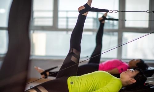 Gli esercizi si realizzano a corpo libero o con luso di appositi attrezzi.