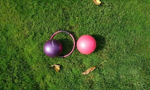 Adatti a tutti, gli esercizi di pilates si possono svolgere anche allaperto.