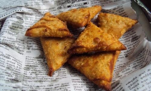I samosa sono un tipico street food indiano con ripieno di verdure.