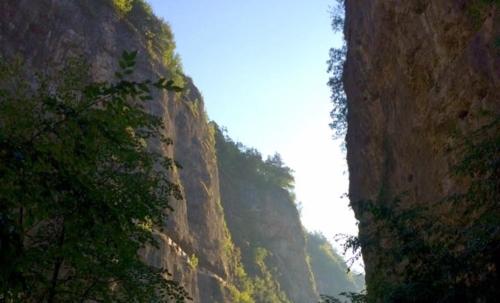 """Sorge presso Sarzeno, località nella val di Non in Trentino. Fonte foto: pagina FB """"Santuario di San Romedio"""""""