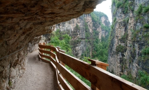 """Si può raggiungere a piedi con un percorso suggestivo e con vista mozzafiato. Fonte foto: pagina FB """"Santuario Eremo San Romedio"""""""