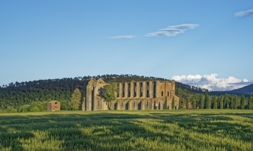 Labbazia di San Galgano si trova a , nel cuore della valle del fiume Merse.
