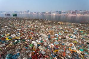 Rifiuti sulle rive del Gange, India. Alex Bellini