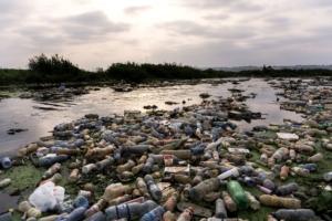 Plastica. L'80% presente nell'Oceano proviene dai fiumi. Alex Bellini