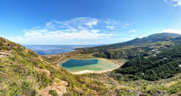 Il Lago Specchio di Venere è situato nella parte settentrionale dell'isola