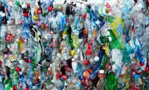 Dottor Plastic: offre una prestazione medica gratuita in cambio di 10 bottiglie di plastica