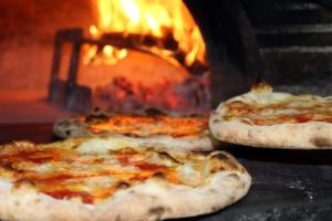 Pizza. Cottura al forno a legna, tradizione italiana