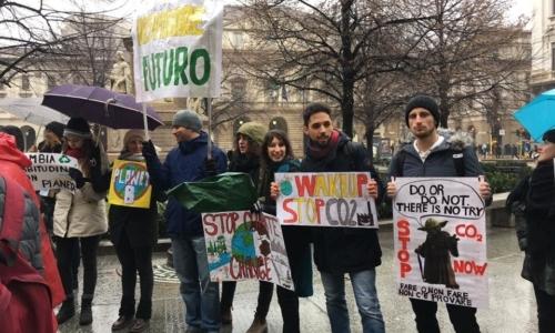 La mobilitazione sta coinvolgendo anche giovani studenti italiani.