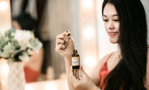Olio di jojoba: è utile anche per rendere i capelli più forti, morbidi e setosi