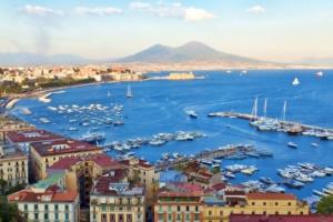 Vista del lungomare di Napoli e Vesuvio di giorno