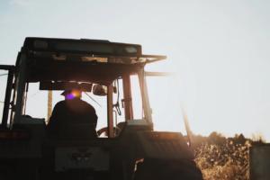 Agricoltore sul trattore coltiva i campi