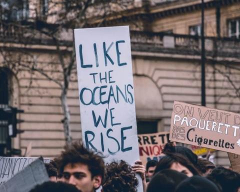 Cartello di protesta studentesca come gli oceani ci solleviamo inquinamento atmosferico