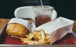 Vassoio fast food fonte di grassi trans