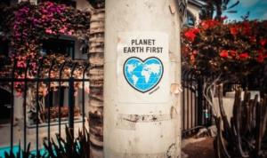 Cartello per la priorità al pianeta terra