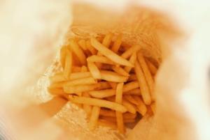 Vista dall'alto di una porzione di patatine fritte fonte di grassi trans