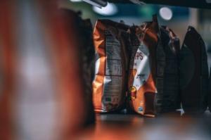 Corsia supermercato nachos fonte di grassi trans