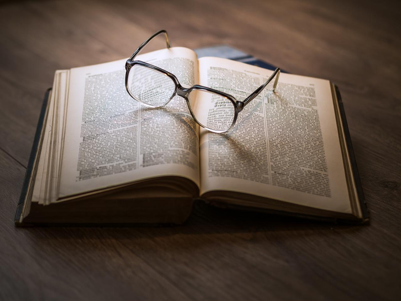 Un libro è un mondo da sfogliare: l'odore della carta,il rumore delle pagine