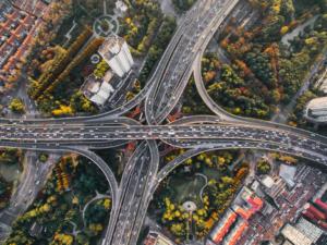 Svincolo stradale con automobili