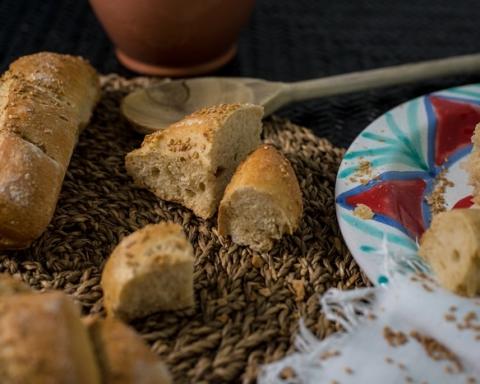 Pane al sesamo con piatto e mestolo