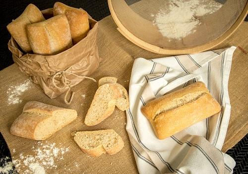 Pane intero e a fette con farina e setaccio