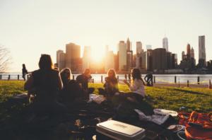 Ragazzi vivono la città sull'erba di un parco urbano