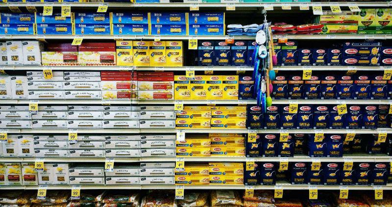 Numerosi pacchi di pasta scansie negozio