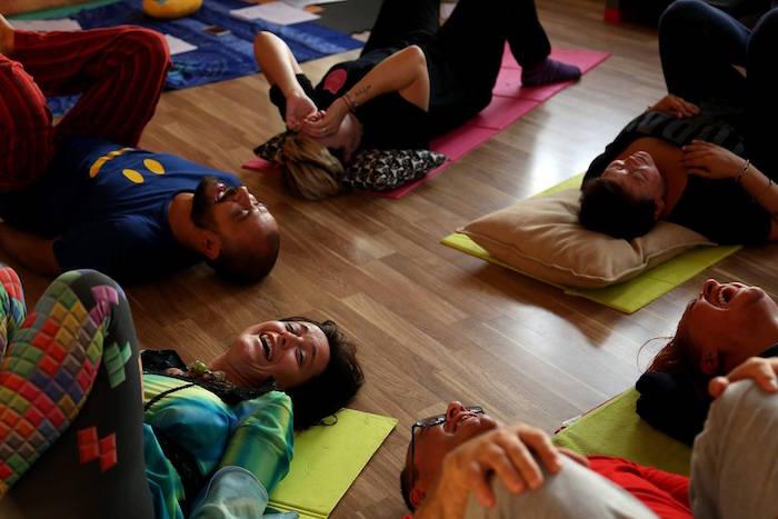 yoga della risata cerchio