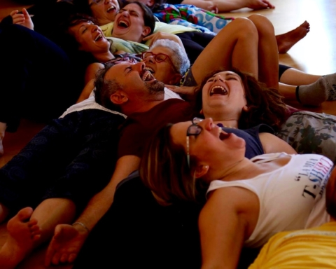 yoga della risata ridere a terra