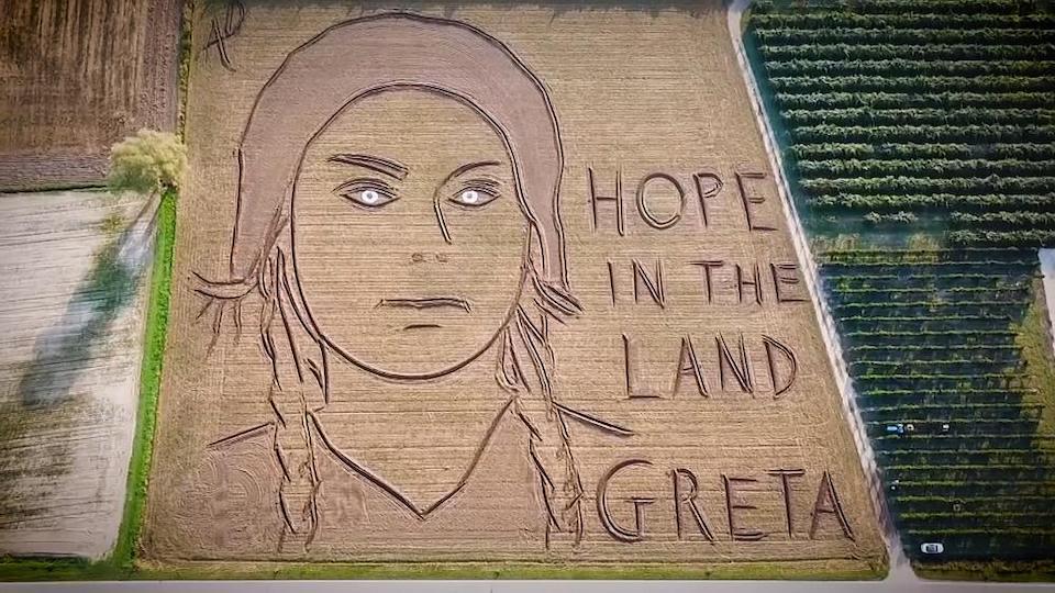 Ritratto di Greta Thunberg con trattore