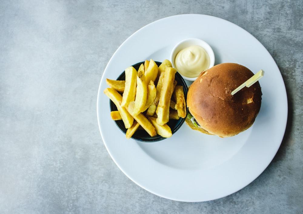 Piatto di cibo junk food